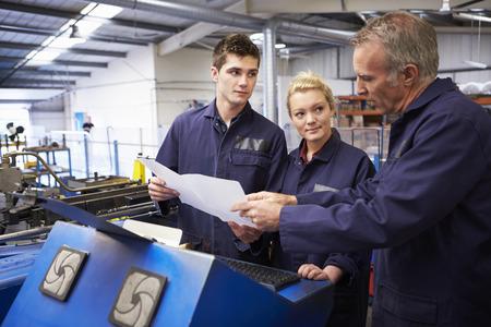 Ingenieur Onderwijs Leerlingen To Use Tube Bending Machine Stockfoto