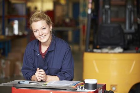 obreros trabajando: Retrato De Aprendiz ingeniero en la f�brica