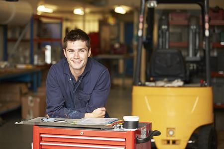 Portret Van Leerling Engineer In Fabriek