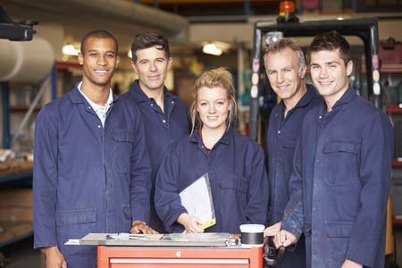 obreros: Retrato de Personal Permanente En F�brica Ingenier�a