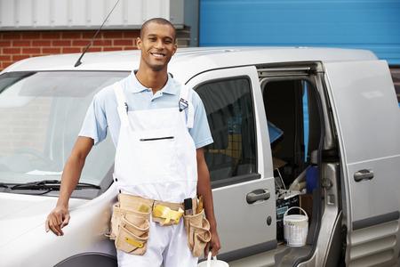 house painter: Decorador con el mono de pie junto a Van Foto de archivo