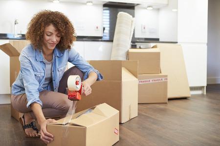 Vrouw het sluiten van dozen klaar voor huis Move Stockfoto