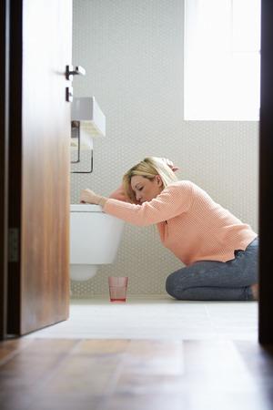 vomito: Adolescente sensación de malestar en cuarto de baño Foto de archivo
