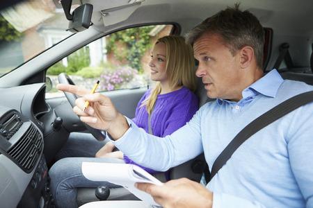Adolescente Habiendo lección de conducción con el instructor