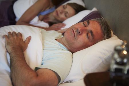 中年は、一緒にベッドで眠ってカップル