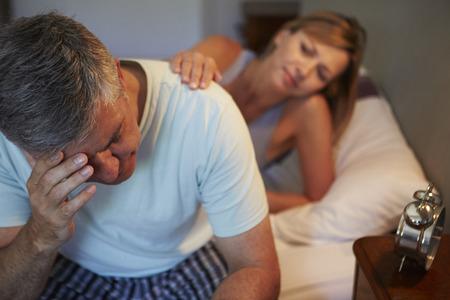 mujer en la cama: Esposa Esposo Reconfortante Sufrimiento Con Insomnio Foto de archivo