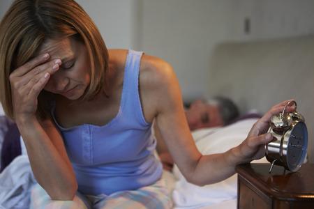 insomnio: Mujer despierta en la cama que sufre con el insomnio Foto de archivo