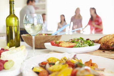 cuisine fond blanc: Groupe d'amis en train de d�ner f�te � la maison