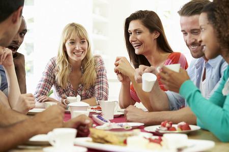 tazzina caff�: Gruppo di amici con formaggio e caff� Dinner Party Archivio Fotografico