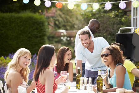 bebiendo vino: Grupo de amigos que la barbacoa al aire libre en el hogar Foto de archivo