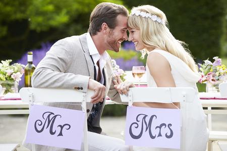 신부와 신랑은 결혼식 피로연에서 식사를 즐기고