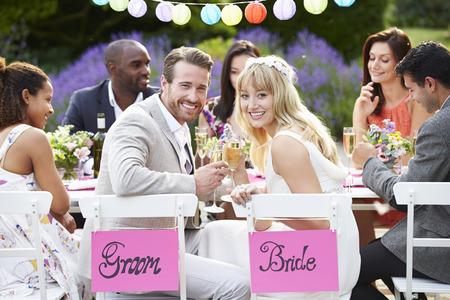 Braut und Bräutigam, die Mahlzeit genießen auf Hochzeitsfeier Standard-Bild