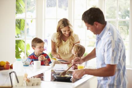 家庭: 父親準備早餐的家庭廚房