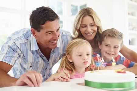 tortas cumpleaÑos: Familia Hijas Celebrando cumpleaños con la torta Foto de archivo