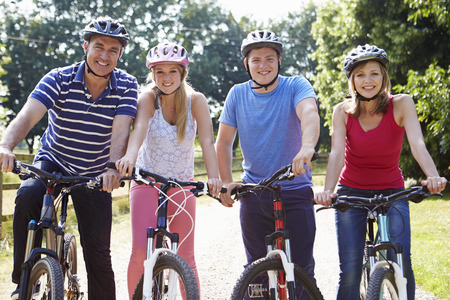 田舎で自転車に乗るに 10 代の子供連れのご家族