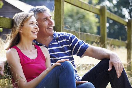 Romántica pareja de edad media que se relaja en caminata en Campo