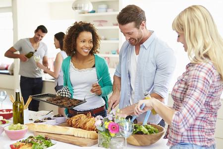 fiesta amigos: Grupo de amigos que se Dinner Party At Home