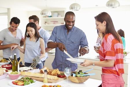 Groupe d'amis en train de dîner fête à la maison