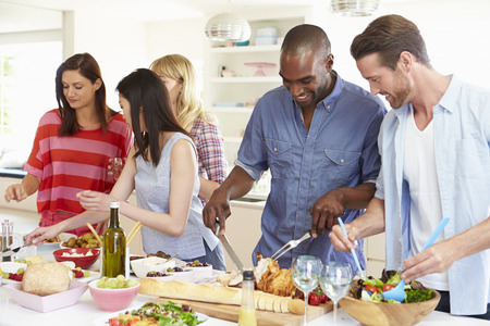 Gruppe Freunde, die Dinner-Party zu Hause