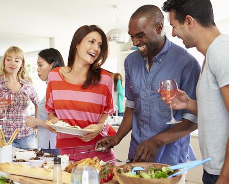 fiesta: Grupo de amigos que se Dinner Party At Home