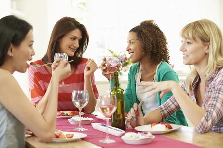 Group Of Women Sitting Around Table Eating Dessert Archivio Fotografico