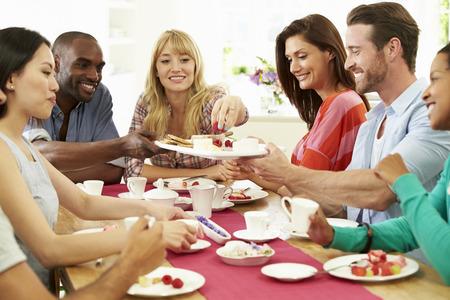 hombre comiendo: Grupo de amigos que queso y caf� Dinner Party Foto de archivo