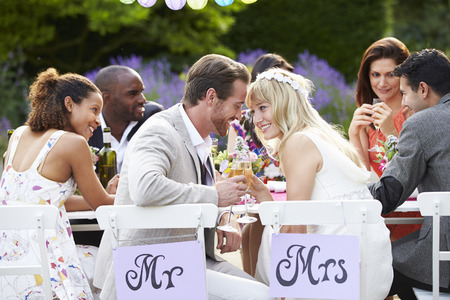 matrimonio feliz: Novia y novio disfrutan de la comida en la boda de recepción