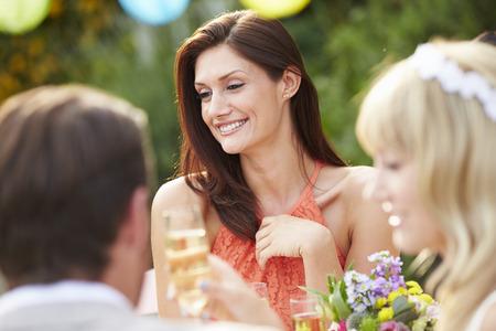 Vrouwelijke gast op Bruiloft Receptie Stockfoto