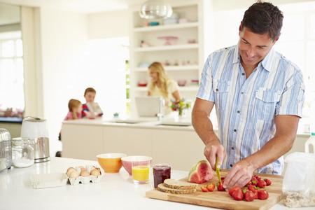 Father Preparing Family Breakfast In Kitchen Standard-Bild