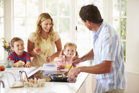 famille: P�re pr�parer le petit d�jeuner de la famille en cuisine Banque d'images