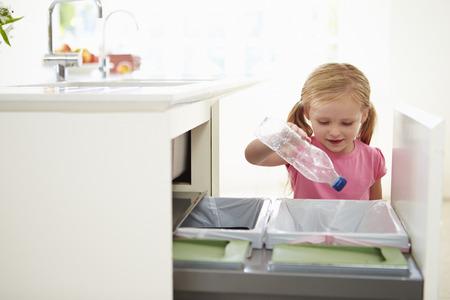 niños reciclando: Chica Reciclaje de Residuos Cocina En Bin