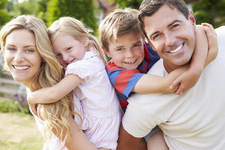 Retrato da família feliz no jardim