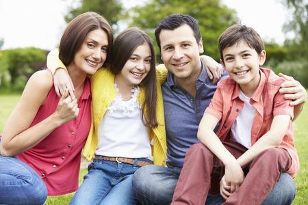 Retrato de la familia hispánica en Campo Foto de archivo - 31013366