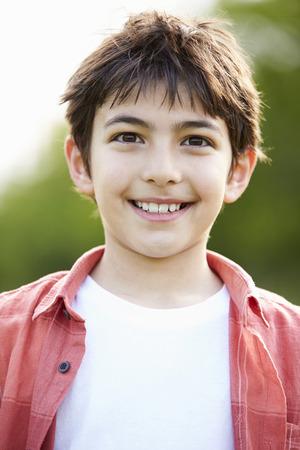 Портрет улыбается испаноязычных мальчик в деревне
