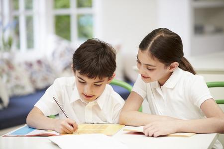 uniforme escolar: Niños con uniforme escolar hace la preparación en la cocina