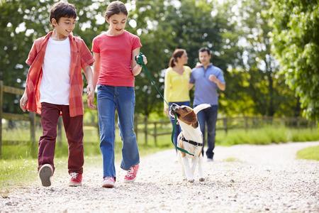 시골에서 도보로 개를 데리고 히스패닉계 가족