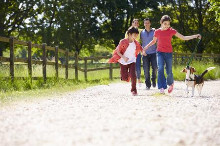 famille: Famille hispanique prenant chien pour Walk In Campagne