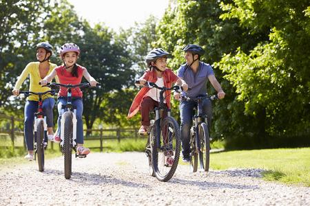 gente saludable: Familia hispana en paseo del ciclo En Campo