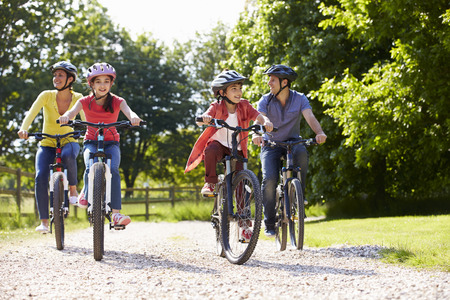 Spaanse Familie Op Cycle Ride in Platteland