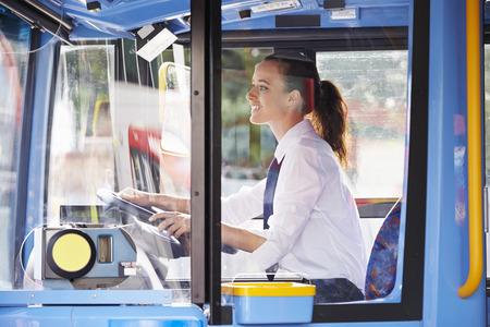 chofer de autobus: Retrato De Mujer Bus Driver Detrás de ruedas