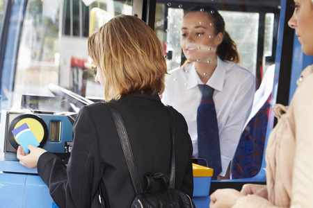 Vrouw Boarding Bus En Het gebruik Pass Stockfoto