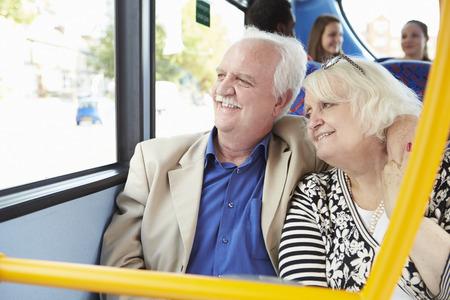 tercera edad: Pares mayores que disfrutan Viaje En Bus Foto de archivo