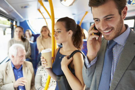 바쁜 통근 버스에 서 승객