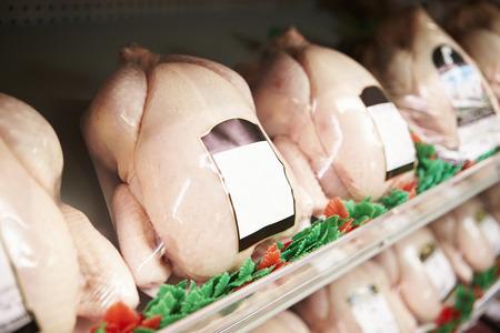 tiendas de comida: Visualización De Pollos frescos En Carnicería