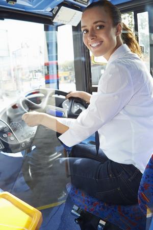 휠 뒤에 여성 버스 드라이버의 초상화 스톡 콘텐츠