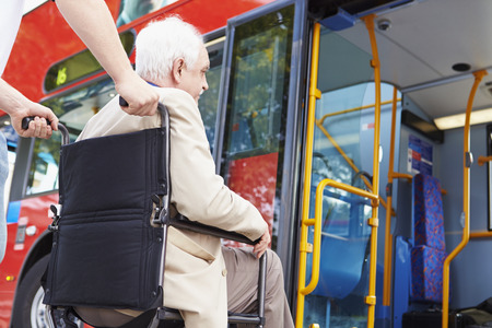 Senior Bus Casal Boarding Usando cadeira de rodas Rampa de acesso