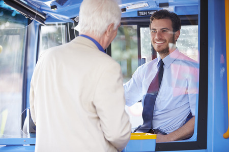 Senior Man Boarding Bus en kopen Ticketservice Stockfoto
