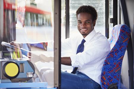 chofer de autobus: Retrato del conductor del autobús detrás de la rueda