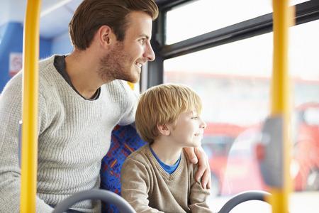 バスの旅を一緒に楽しんで父子