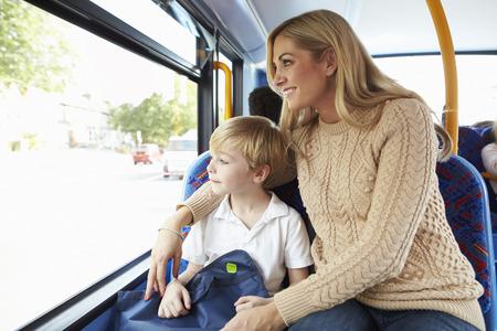어머니와 아들 버스 함께 학교에가 스톡 콘텐츠